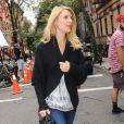 Discrète, Claire Danes sur le tournage de la série Girls, à New York le 4 septembre 2012