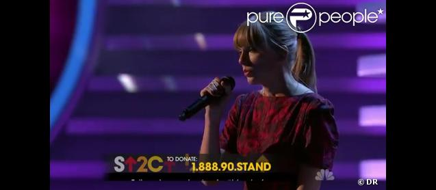Taylor Swift interprète  Ronan , sur NBC à l'occasion du Téléthon Stand Up To Cancer.