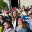 Valérie Trierweiler pose au milieu des enfants venus découvrir le palais de l'Elysée dans le cadre des Journées du patrimoine le 16 septembre 2012 à Paris