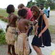 Kate Middleton a reçu des colliers de coquillages de jeunes femmes, seins nues, scène qui n'a pas manqué de faire rire la duchesse en arrivant au village de Marau dans l'archipel des Iles Salomon le 17 septembre 2012