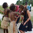 Kate Middleton a reçu des colliers de coquillages de jeunes femmes, seins nues en arrivant au village de Marau dans l'archipel des Iles Salomon le 17 septembre 2012