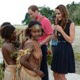 Kate Middleton et le prince William ont reçu des colliers de coquillages de jeunes femmes, seins nues, scène qui n'a pas manqué de faire rire la duchesse en arrivant au village de Marau dans l'archipel des Iles Salomon le 17 septembre 2012