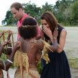 Kate Middleton a reçu des colliers de coquillages de jeunes femmes, seins nues, et n'a pu retenir un petit sourire en arrivant au village de Marau dans l'archipel des Iles Salomon le 17 septembre 2012