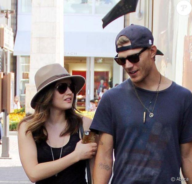 Lucy Hale de la série Pretty Little Liars fait du shopping avec l'acteur Chris Zylka à Los Angeles, le 30 juillet 2012.