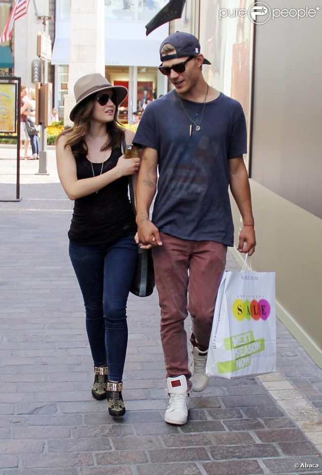 Lucy Hale de la série  Pretty Little Liars  fait du shopping avec l'acteur Chris Zylka à Los Angeles, le 30 juillet 2012.