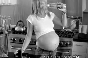 Jennifer Aniston enceinte de triplés et mère de 2 enfants dans une pub délirante