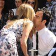 Jennifer Aniston et Justin Theroux s'échangent un baiser à Los Angeles le 22 février 2012 lors de la remise de l'étoile de Jen sur le Walk of Fame