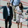 Kate Middleton et le prince William sur le tarmac de l'aéroport de Brisbane, où ils ont fait une escale de deux heures le 19 septembre 2012, en provenance de Tuvalu, avant d'embarquer pour l'Angleterre.