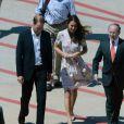 La duchesse Kate et le prince William sur le tarmac de l'aéroport de Brisbane, où ils ont fait une escale de deux heures le 19 septembre 2012, en provenance de Tuvalu, avant d'embarquer pour l'Angleterre.
