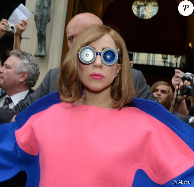 Lady Gaga à Paris dans un look inédit et toujours aussi recherché, a créé la surprise dans les rues de notre capitale le 22 septembre 2012