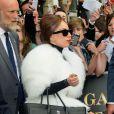 Lady Gaga à Paris dans une fourure blanche, sac Chanel à la main, adopte un look plus sage pour surprendre ses fans parisiens