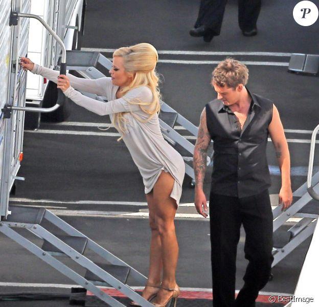 Tristan MacManus reluque le popotin de Pamela Anderson, le mardi 25 septembre 2012.