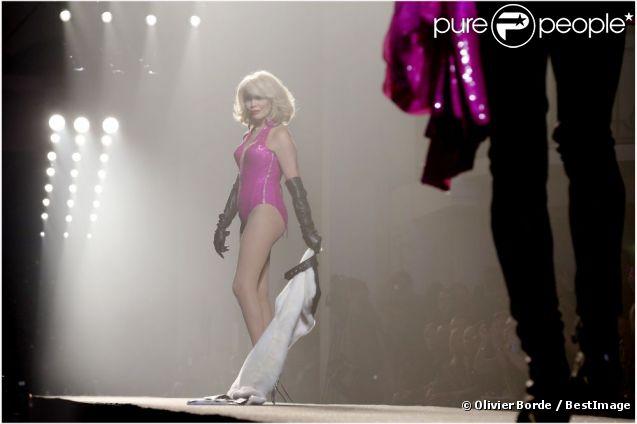 Amanda Lear, ultra sexy et sûre d'elle, fait tomber la veste et clôture le défilé prêt-à-porter printemps-été 2013 de Jean-Paul Gaultier. Paris, le 29 septembre 2012.
