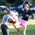 Le top model Karlie Kloss entretient sa forme en pratiquant la boxe en plein air dans un parc parisien. Le 28 septembre 2012.