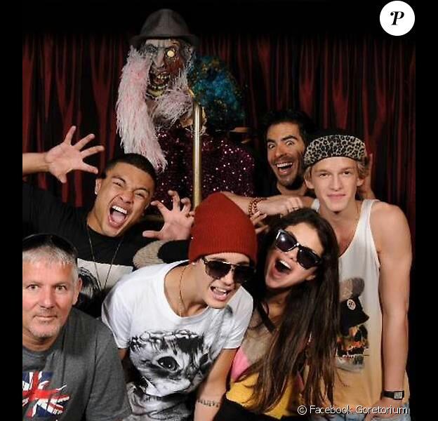 Justin Bieber et sa girlfriend Selena Gomez entourés de leurs amis et du réalisateur Eli Roth, lors d'une visite au Goretorium de Las Vegas, le 30 septembre 2012.