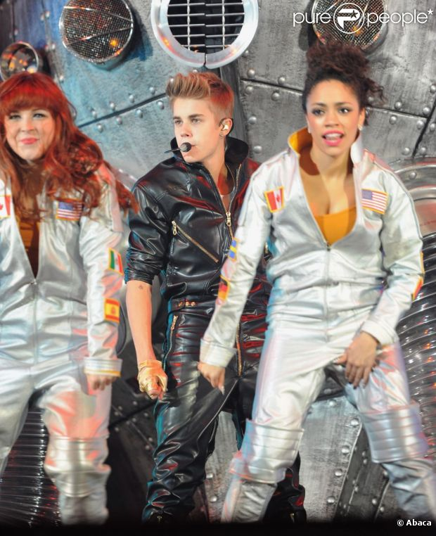 Justin Bieber 948599-justin-bieber-performs-at-the-staples-620x0-2