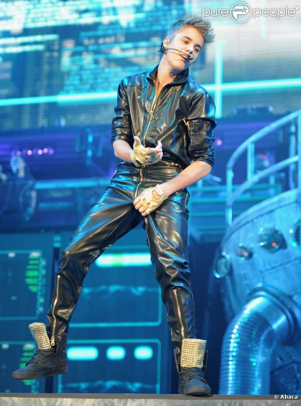 Justin Bieber 948605-justin-bieber-performs-at-the-staples-620x0-2