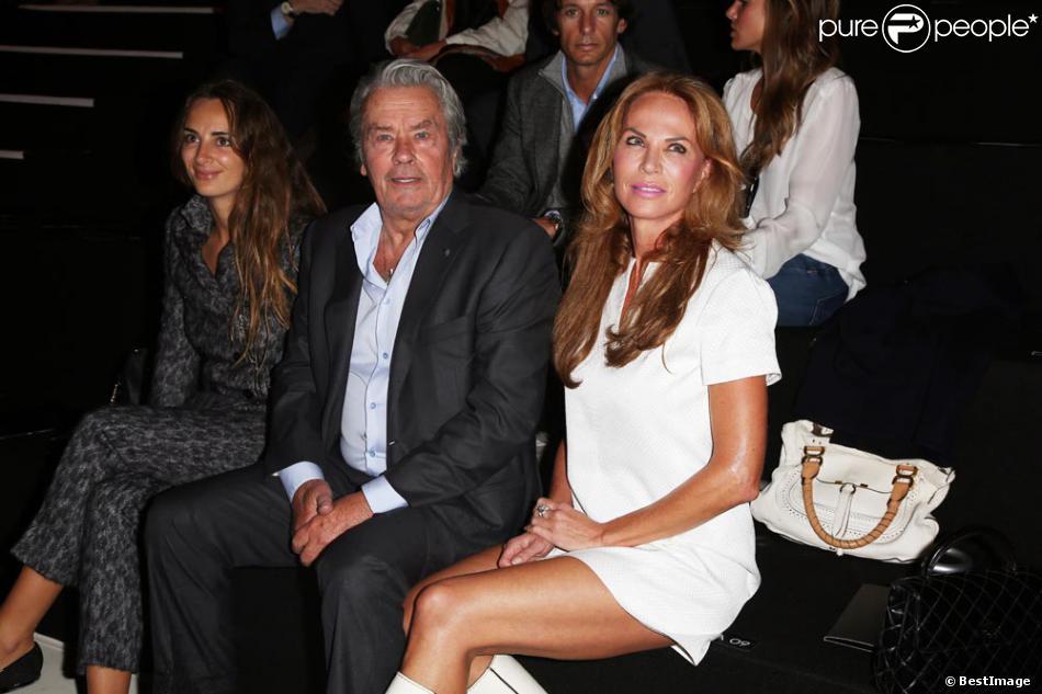 Alain Delon et son ex-compagne Rosalie Van Breemen très unis au défilé Elie Saab aux Tuileries à Paris, le 3 octobre 2012.