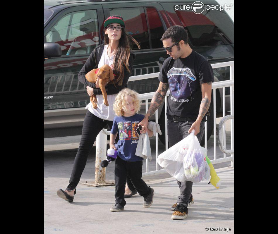 Pete Wentz et sa petite amie Meagan Camper se rendent chez un toiletteur pour chien, pour y déposer leur animal de compagnie, à Los Angeles, le samedi 6 octobre. Le petit Bronx, fils de Pete et d'Ashlee Simpson, prend part à cette sortie.
