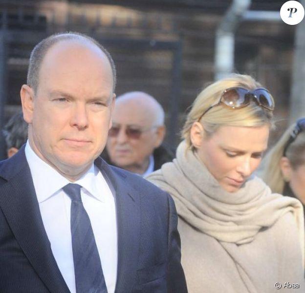Albert et Charlène de Monaco boulversés par la visite du camp de concentration d'Auschwitz dans le cadre de leur visite officielle en Pologne, le 19 octobre 2012.