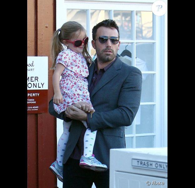 Ben Affleck a offert un petit déjeuner à Seraphina avant de l'emmener à l'école, à Los Angeles, le 23 octobre 2012 - Seraphina ne quitte pas les bras de son papa