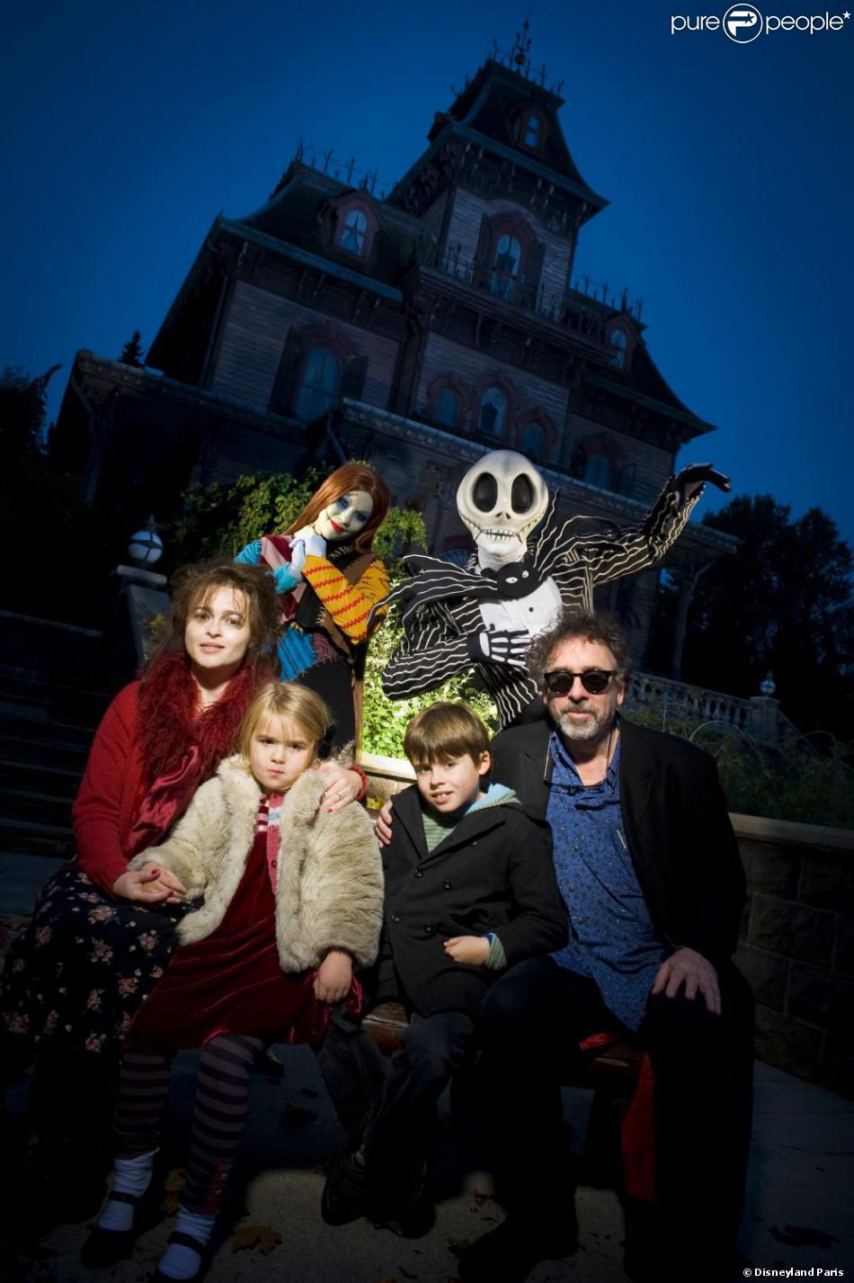 Tim Burton et Helena Bonham Carter se sont rendus avec leurs enfants Billy et Nell à Disneyland Paris le 26 octobre 2012