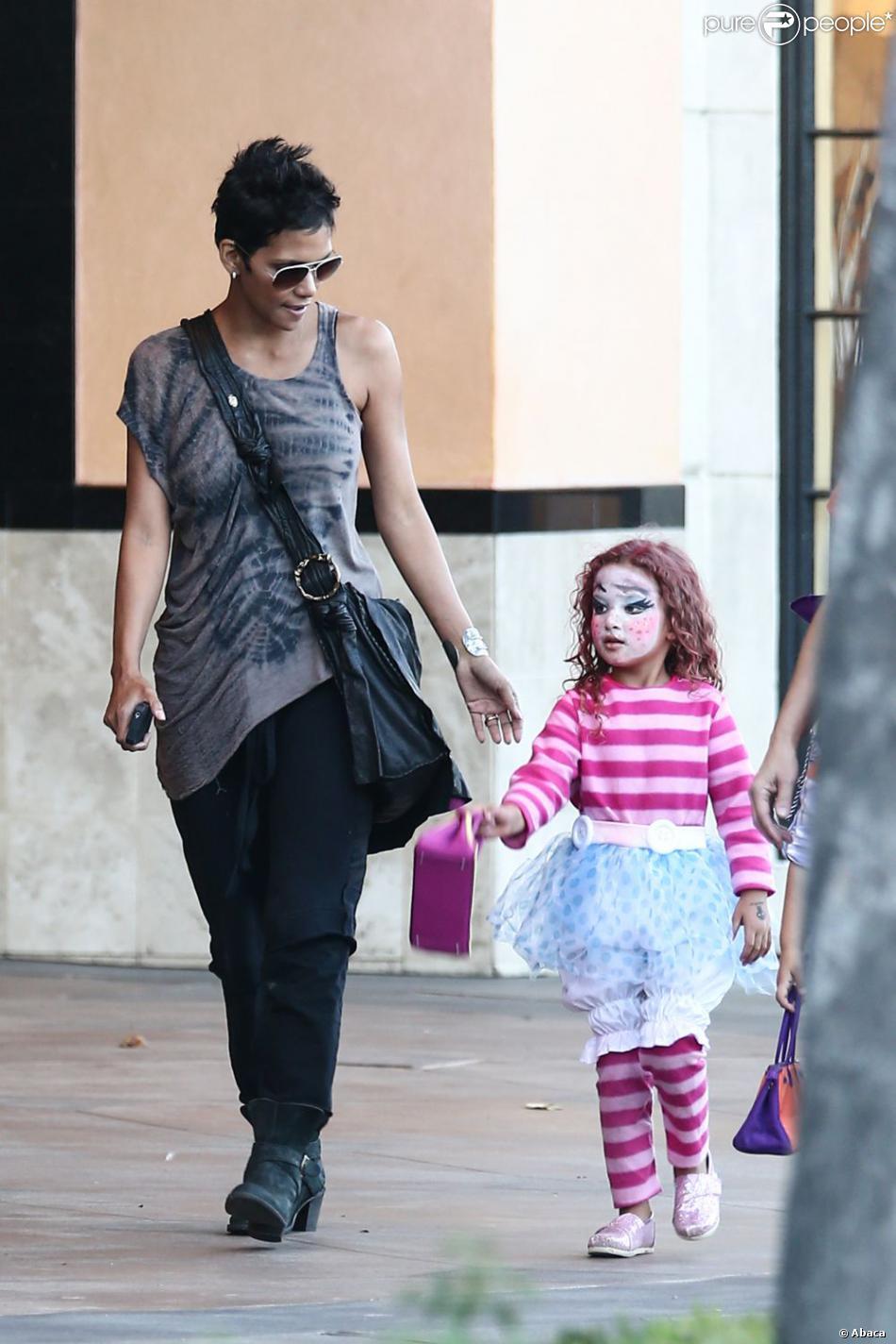 82caa23eddc2 Halle Berry et son adorable fille Nahla déguisée pour Halloween à Los  Angeles le 30 octobre