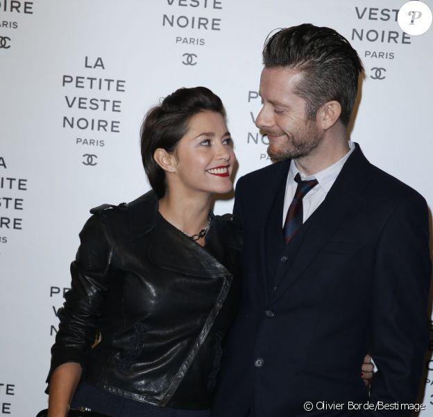Emma De Caunes et son époux Jamie Hewlett assistent à l'inauguration de l'exposition La Petite veste noire à Paris le 8 novembre 2012