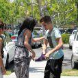 Justin Bieber s'énerve contre un paparazzo qui s'est approché trop près de lui et de Selena Gomez à Los Angeles le 27 mai 2012
