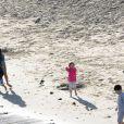 Justin Bieber sur la plage avec sa famille et Selena Gomez, à Los Angeles le 17 février 2012