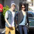 Justin Bieber et Selena Gomez se promènent le 21 novembre 2011, le lendemain des American Music Awards