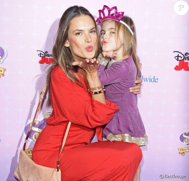 """Alessandra Ambrosio et sa fille Anja Mazur complices envoient des baisers à la première de """"Sofia The First: Once Upon a Princess """" aux studios de Walt Disney a Los Angeles. Le 10 novembre 2012."""