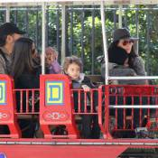 Sandra Bullock, Camila Alves enceinte, et leurs enfants au parc d'attractions