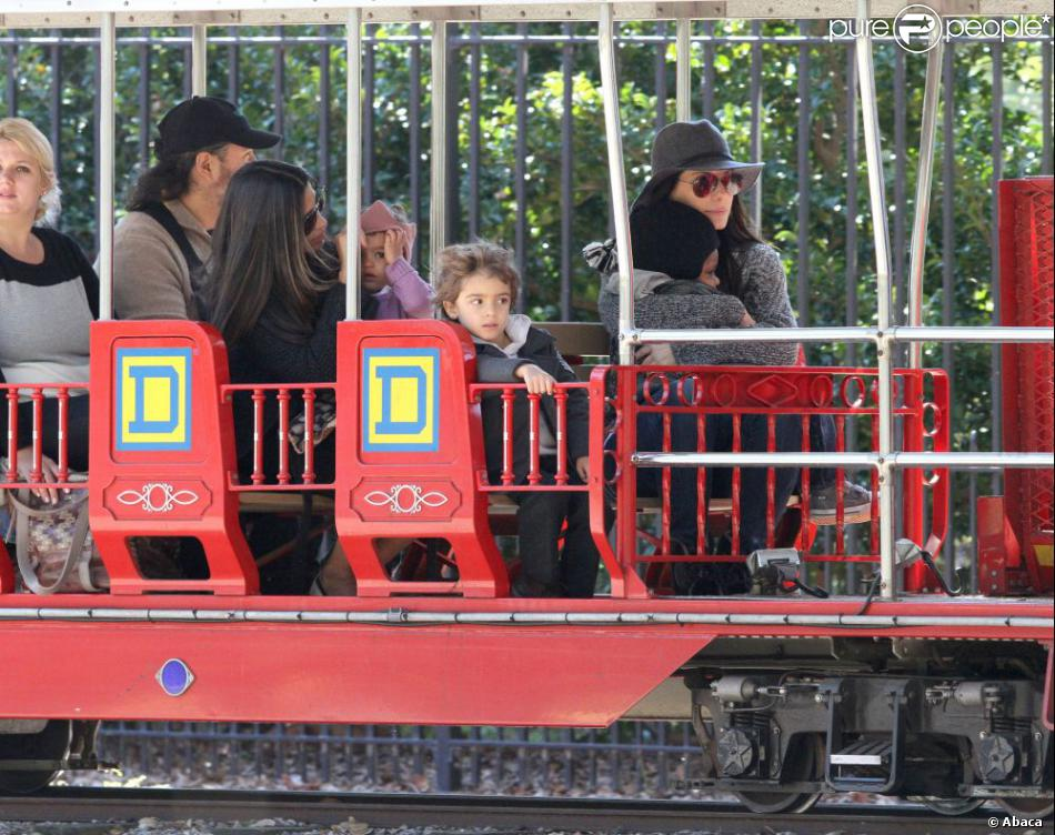 Sandra Bullock et son fils Louis, Camila Alves enceinte et ses enfants Levi et Vida, dans le petit train au parc d'attractions  Storyland  de la Nouvelle-Orléans, le 14 novembre 2012.