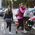 Lori Loughlin range ses courses avec ses filles Isabella et Olivia à Beverly Hills, le 14 novembre 2012.