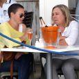 Charlize Theron et sa mère Gerda prennent un verre au Café Caprice, de Cape Town (Afrique du Sud), le 16 novembre 2012.