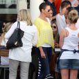 Charlize Theron et sa mère Gerda sortent du Café Caprice de Cape Town (Afrique du Sud), le 16 novembre 2012.