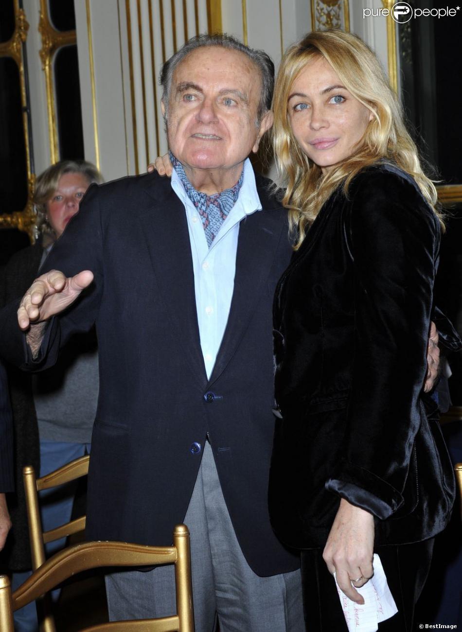 Guy Béart et sa fille Emmanuelle Béart lorsque la ministre de la Culture Aurélie Filippetti a remis à l'actrice les insignes d'officier dans l'ordre des Arts et des Lettres le 27 novembre 2012
