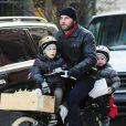 Liev Schreiber avec ses fils Alexander et Samuel reviennent de leur école à New York le 29 novembre 2012.