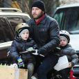 Liev Schreiber ramène ses fils Alexander et Samuel de leur école dans les rues New York le 29 novembre 2012.