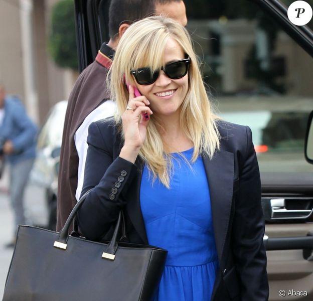 Reese Witherspoon reprend le chemin des studios avec un rendez-vous à Beverly Hills le 28 novembre 2012, où elle apparaît radieuse. Elle a récemment Nick Hornby d'adapter le roman Wild où elle devrait tenir le rôle principal.
