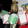 La généreuse Heidi Klum et le Père Noël lors de la soirée du Noël Hanté en faveur de la Croix-Rouge américaine, le 1er décembre 2012 à New York