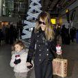 Jessica Alba arrive à Londres avec sa fille Honor le 2 décembre 2012
