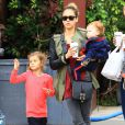 Jessica Alba prend un brunch à Los Angeles avec ses adorables filles le 1er décmbre 2012
