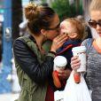 Jessica Alba ne peut s'empecher d'embrasser sa fille Heaven lors d'une sortie à Los Angeles le 1 décembre 2012