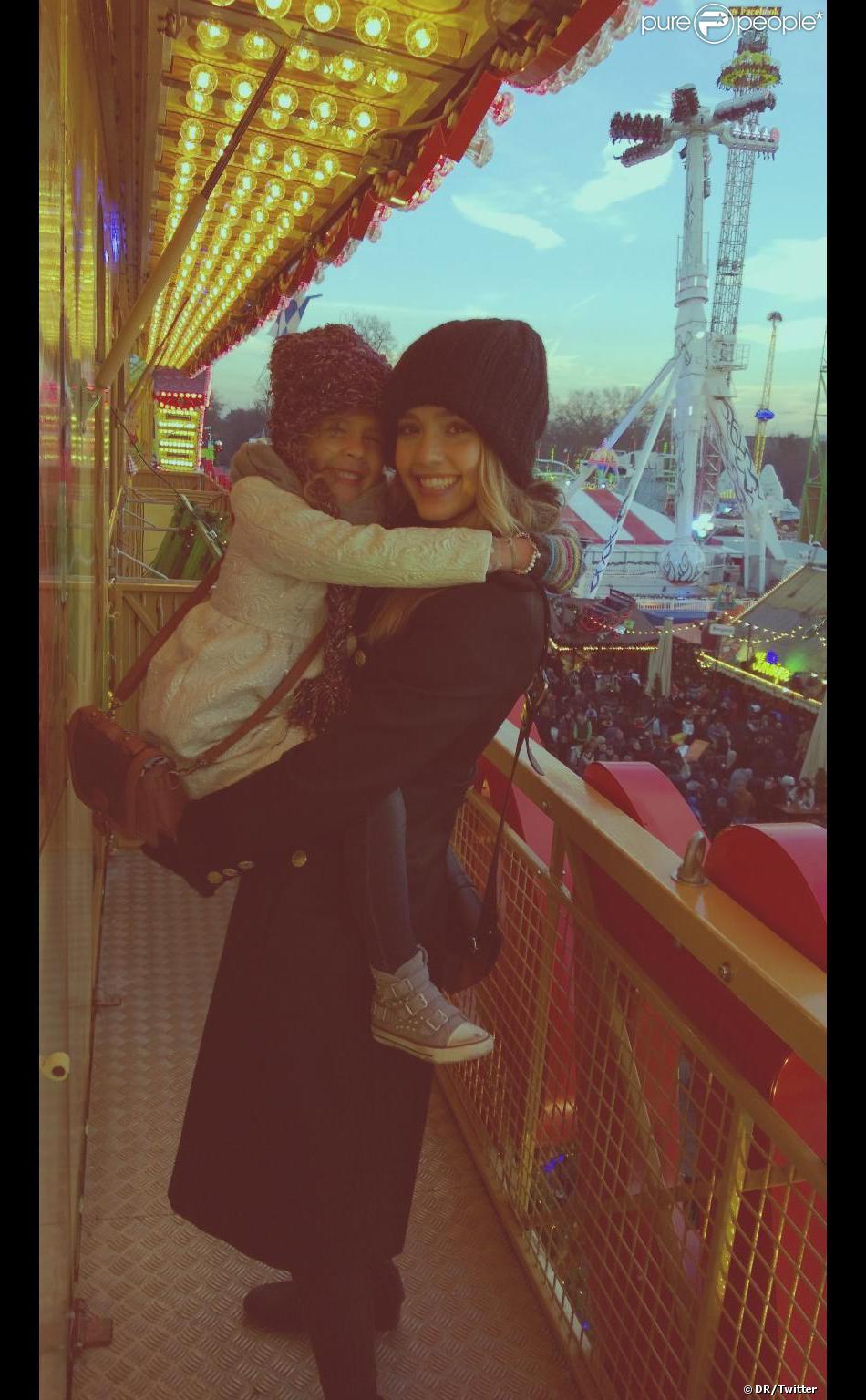 Jessica Alba a posté cette photo sur sa page Twitter. Elle et sa fille sont à Londres, au parc d'attraction de Noël, Winter Wonderland