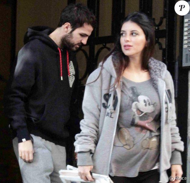 Cesc Fabregas et sa compagne Daniella Semaan, très enceinte, lors de l'emménagement de leur nouveau triplex, ancienne propriété de Shakira et Gerard Piqué dans le centre de Barcelone le 2 décembre 2012