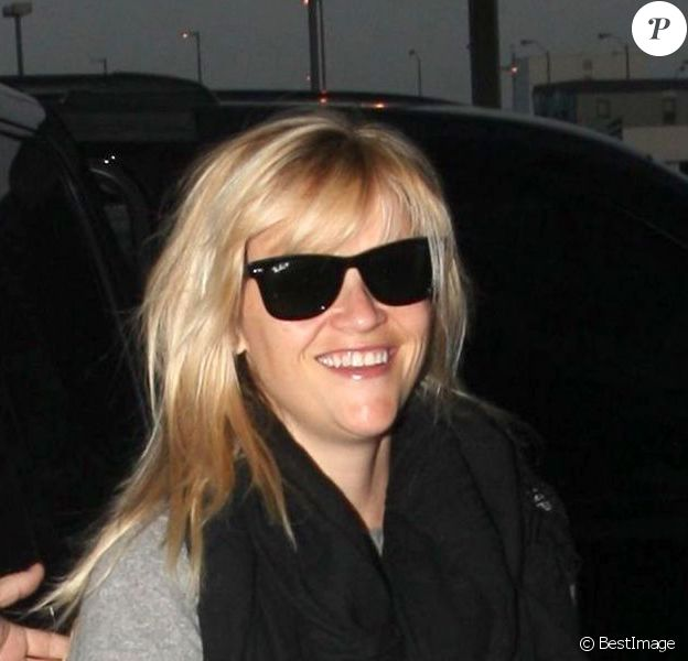Reese Witherspoon arrive à l'aéroport de Los Angeles, le 4 decembre 2012.