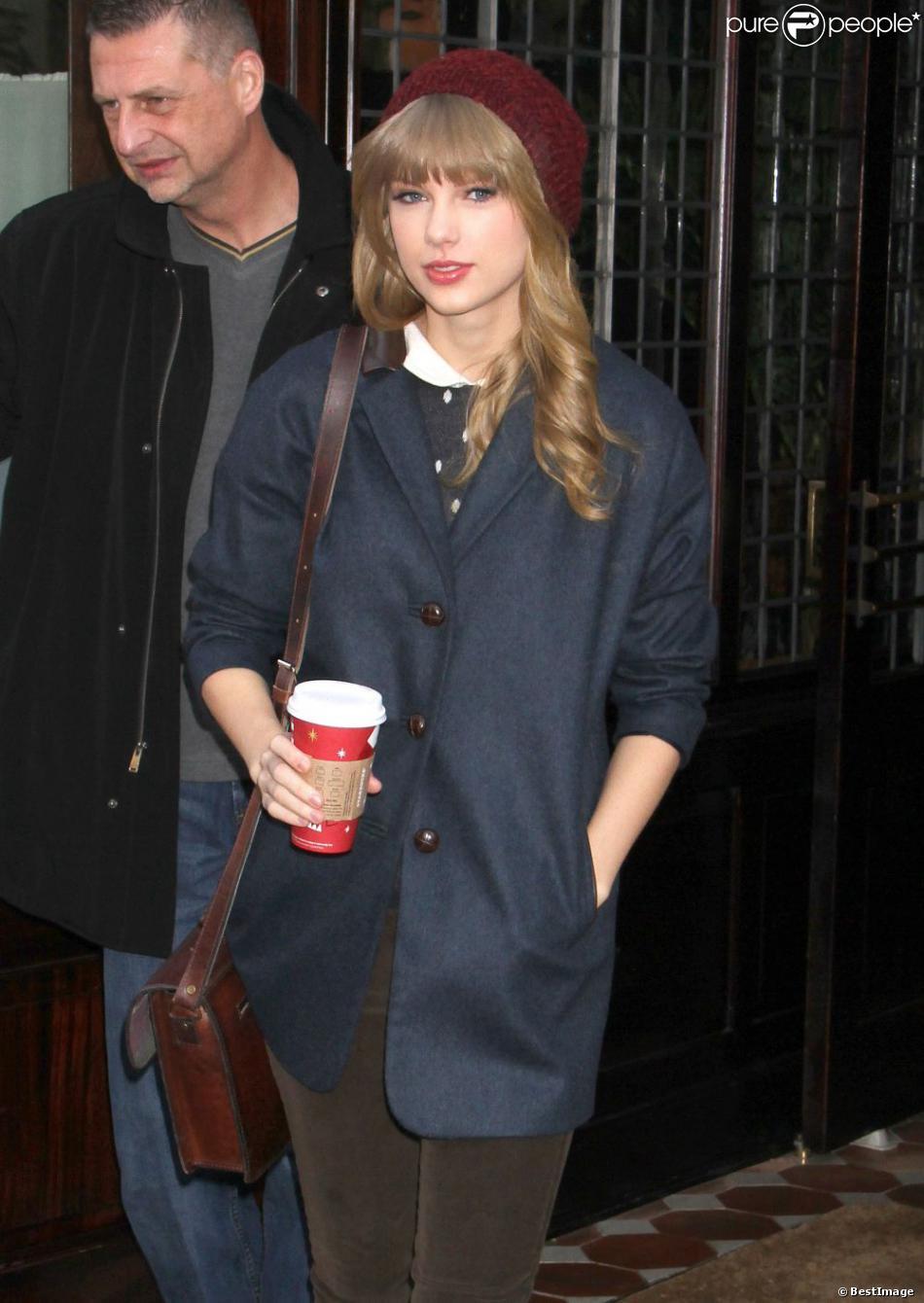 Harry Styles et Taylor Swift sortent de l'hôtel de la jeune chanteuse à New York le 4 décembre 2012.