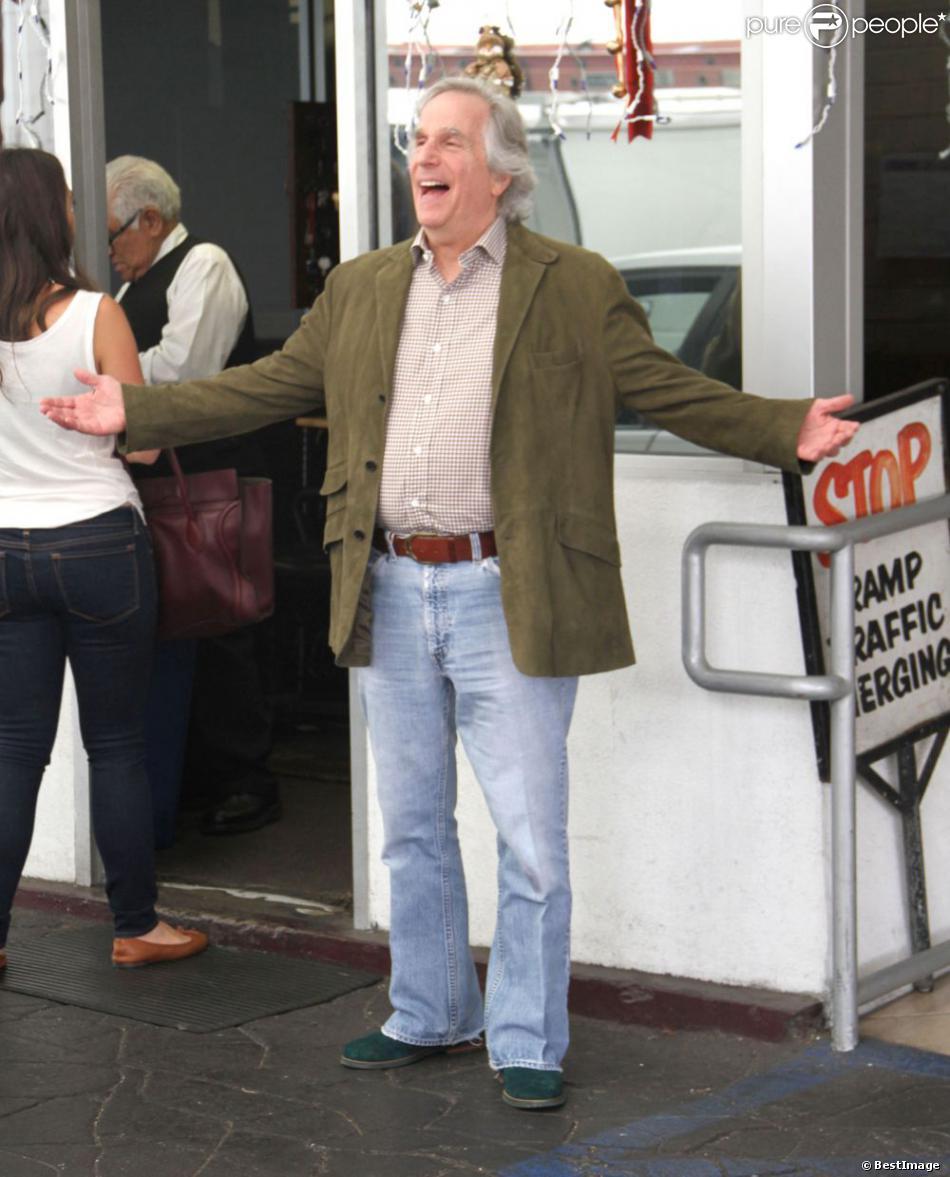 Henry Winkler, célèbre Fonzie de la serie culte  Happy Days,  quitte un restaurant de Beverly Hills le 5 décembre 2012.